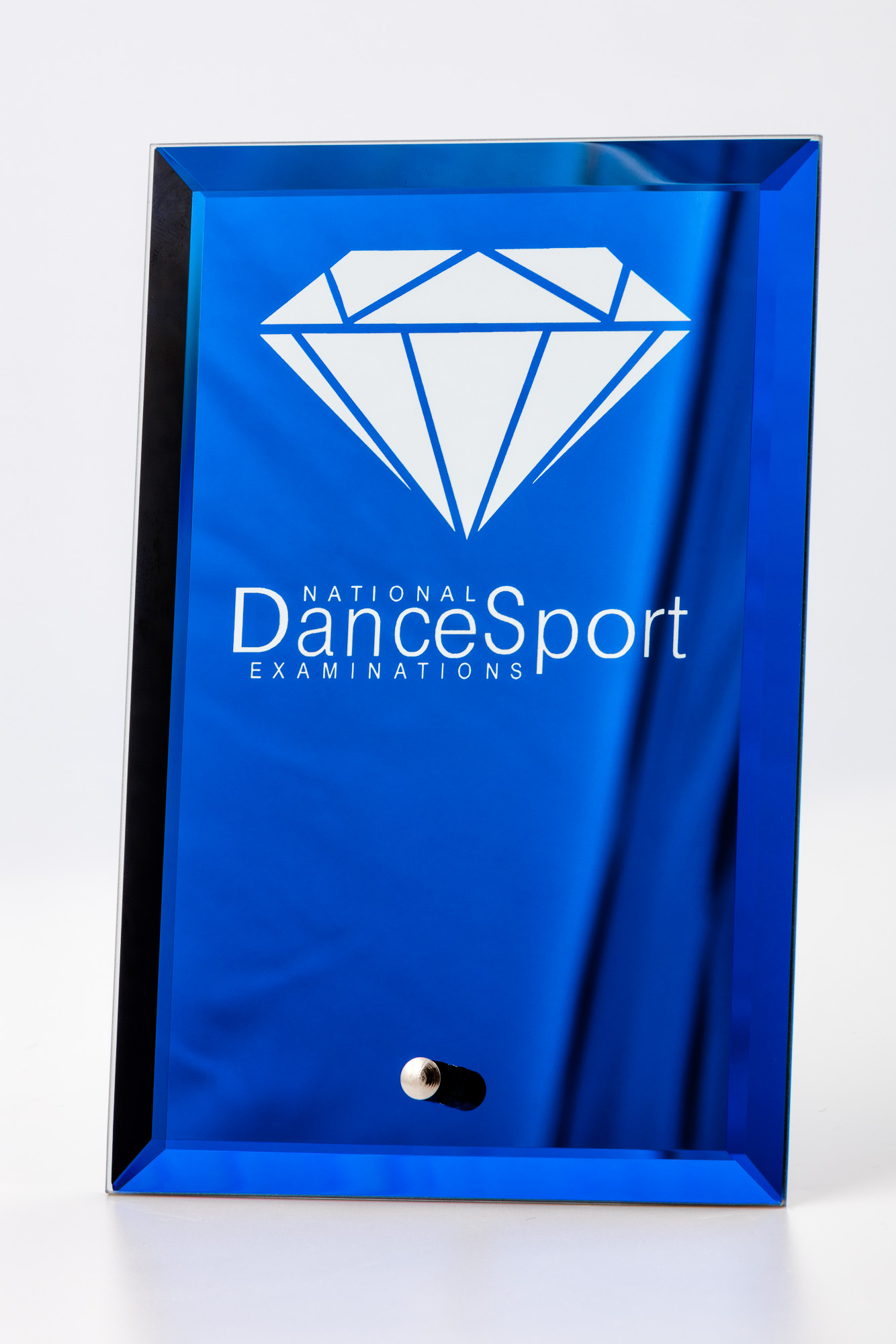 Product photography of dancing medal and plate - Blue plate