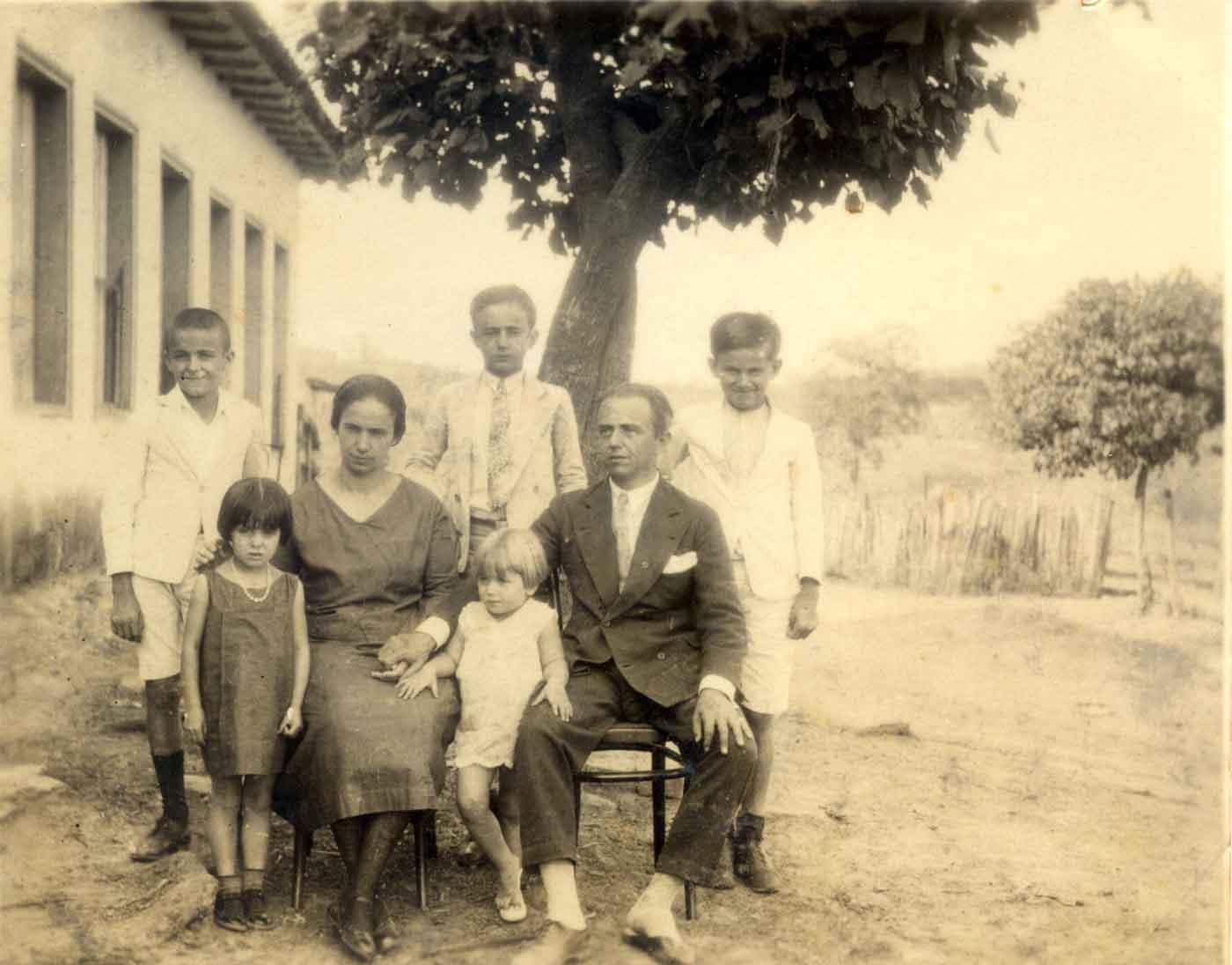 familia-original scan b&W Old Photo